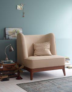 Der Sessel mit besonders hohem Rücken gibt dem Raum Charakter, ob einzeln oder als Duo mit dem Theo-Sofa!