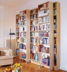 Интересные самодельные передвигающиеся на колесиках книжные стеллажи для книг