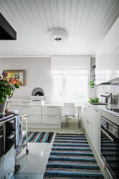 Keittiö, räsymatot. Kitchen, rugs. Rugs, Kitchen, House, Arquitetura, Farmhouse Rugs, Cooking, Home, Haus, Kitchens