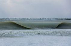 La vague de froid polaire qui frappe le nord-est des Etats-Unis depuis plusieurs semaines a sérieusement transformé le paysage. Un surfeur de Nantucket, dans le Massachusetts, a eu la surprise de constater que même la mer avait gelé. Ses photos sont impressionnantes.