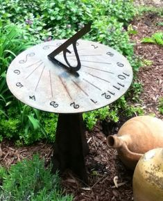 Un orologio solare può diventare una decorazione del tuo giardino. Questo è molto originale e creativo. Orologi solari