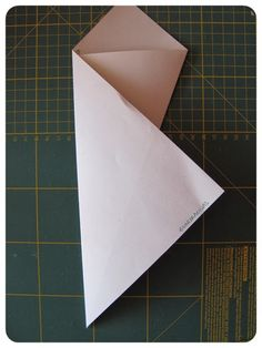 Tutorial guardatijeras 3 bolsillos - El taller de Natipatch Easy Sewing Projects, Sewing Hacks, Sewing Crafts, Butterfly Quilt, Origami Art, Sewing Accessories, Mug Rugs, Scrapbook Albums, Sewing Techniques