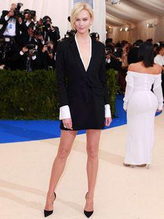 Karlie Kloss en une robe de smoking noir et blanc