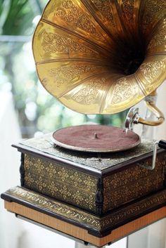 Vintage, Music, Gramaphone,- My Grandma and Grandpa had one of these! It was beautiful! Vintage Soul, Vintage Beauty, Vintage Fashion, Vintage Decor, Vintage Antiques, Retro Vintage, Vintage Music, Vintage Bohemian, Retro Stil