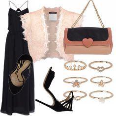 Uno stile romantico, vista l'occasione... Abito lungo nero, coprispalle in pizzo rosa cipria e sandali neri con cinturino alla caviglia e tacco a spillo. Come accessori, borsa bicolor e anelli in oro rosa.