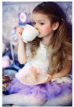 世の中には数多くの童顔美少女が存在する。彼女たちはとても魅力的だ。  だが、「無垢さ」という点においては本物の小さな女の子にはかなわないのではないだろうか。美し …