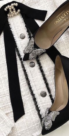 Valentino & Chanel Besuche unseren Shop, wenn es n. Chanel Outfit, Chanel Jacket, Valentino, Zara Moda, Moda Peru, Chanel Brooch, Runway Fashion, Womens Fashion, White Fashion