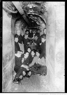 Une cave de Paris pendant un raid : [photographie de presse] / [Agence Rol]