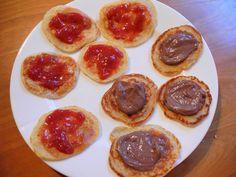 Mini-proteinpannekaker med sukkerfritt syltetøy og sjokoladekrem (mager kesam+sjokoladeprotein+stevia)