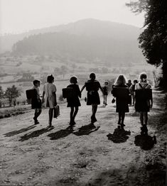 Robert Doisneau – Ecoliers Wangenbourg – 1945 | ...y mientras ...