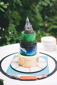 A decoração do bolo representa diversas formas de chegar até Hogwarts!