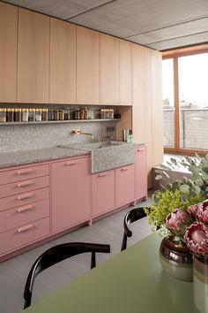 Kitchen Interior Design An architect's apartment in Berlin with millennial pink kitchen cabinets Berlin Apartment, Apartment Interior, Home Interior, Kitchen Interior, Interior Design, Interior Colors, Pink Kitchen Cabinets, Kitchen And Bath, New Kitchen