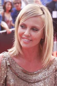Charlize Theron Shoulder Length Blonde Hairstyle Design 400x600 Pixel