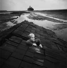 Fotógrafo realizou um ensaio baseado em pesadelos de crianças nos anos 60 | Literatortura