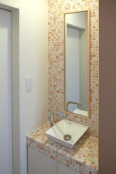 住宅密集地で陽光の恵みを受けるRC住宅|つばさの家の部屋 玄関ホール脇にある手洗い