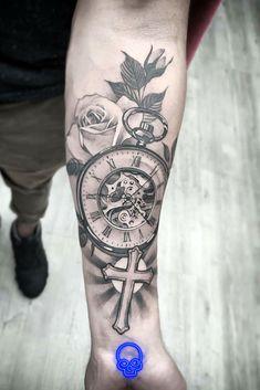 Criativo e ótimo Tatuagem preta e cinza - Relógio + Flor Relógio preto e cinza + tatuagem de flor. Half Sleeve Tattoos Forearm, Tribal Sleeve Tattoos, Leg Tattoos, Body Art Tattoos, Octupus Tattoo, Clockwork Tattoo, Cruces Tattoo, Cool Tattoos For Girls, Tattoo Quotes For Men