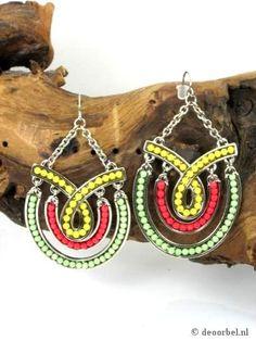 Zilverkleurige oorbellen met groen, roze en gele kralen (steker) voor maar 7,95 per paar bij Deoorbel