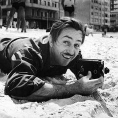 """1941 - WALT DISNEY EM COPACABANA: Walt Disney desembarcou no Brasil em 17 de agosto, como parte de um projeto do presidente Roosevelt para estreitar a relação entre os EUA e os latino-americanos. Com sua esposa, aproveitou as tardes de sol nas praias do Rio de Janeiro e Bahia. Além de muitas fotos, a viagem de Walt Disney deixou como herança o personagem do papagaio Zé Carioca, além dos filmes """"Alô Amigos"""" (1942) e """"Você já foi à Bahia?"""" (1944)."""