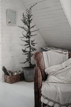 this is a beautiful blog, simple vintage decor-- HVÍTUR LAKKRÍS