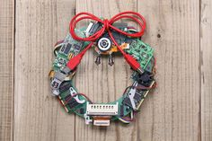 Christmas Wreaths To Make, How To Make Wreaths, Christmas Diy, Couronne Diy, Le Gui, Cool Tech Gifts, Old Computers, Electronic Recycling, Wreath Tutorial