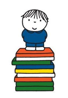 Jongen op stapel boeken.