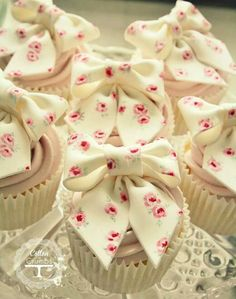 Cupcakes with fondant bow topper