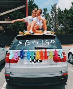 24 fun and creative best friend photoshoot ideas 00026 Senior Year Pictures, Graduation Pictures, Bff Pictures, Cute Photos, High School Graduation Picture Ideas, Friend Senior Pictures, High School Pictures, College Graduation, Senior Photos