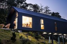 DH House è una casa palafitta che si adatta al terreno a Taiwan House On Stilts, Affordable Housing, Prefab Homes, Architecture Photo, Large Windows, Simple House, Tiny House, Shelter, Budgeting