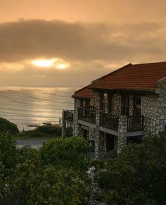 Die lodge bied beeldskone see-uitsigte uit byna elke uitkykpunt. African Love, Best Resorts, Country, Lodges, Places Ive Been, South Africa, Photo Galleries, Cabin, Mansions