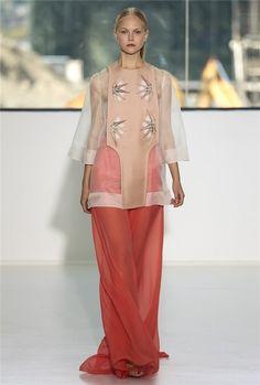 Josep Font apuesta por combinar nos palazzo de gasa color Marsala con una casaca de organza en color maquillaje.