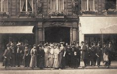 Le personnel de la Maison Paquin, rue de la Paix,. Les femmes à gauche et les hommes à droite, vers 1900  (Paris 2ème)