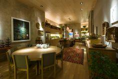 Para a mostra, a designer de interiores Marina Linhares projetou a Cozinha e Copa, de 83 m². O ambiente é marcado pelo uso da madeira de carvalho em revestimentos e mobiliário. A 27ª Casa Cor SP segue até dia 21 de julho de 2013, no Jockey Club de São Paulo