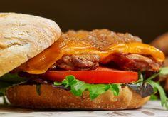 Pepita Pita | Contra muslo de pollo de corral marinado, cheddar, lechuga, tomate y cebolla caramelizada en pan artesano. #burger #restaurante