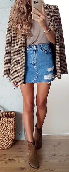 Cozy Fall Outfits To Copy Now weißer und brauner Tattersall-Blazer und blauer Jeans-Minirock. Cozy Fall Outfits, Winter Boots Outfits, Winter Skirt Outfit, Spring Outfits, Brown Boots Outfit Winter, Winter Dresses, Brown Shoes Outfit, Jean Skirt Outfits, Blazer Outfits