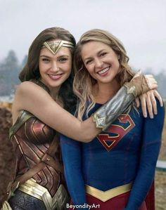 Gal Gadot as Wonder Woman and Melissa Benoist as Kara Zor El/Supergirl (DC Comics). Gal Gadot as Wonder Woman and Melissa Benoist as Kara Zor El/Supergirl (DC Comics). Héros Dc Comics, Heros Comics, Dc Heroes, Melissa Supergirl, Supergirl Dc, Supergirl And Flash, Supergirl Drawing, Supergirl Outfit, Supergirl Season
