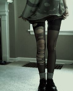 Grunge wear (with black doc boots would look alot more grungey!). Hipster Fashion, Grunge Fashion, Nu Goth, Grunge Goth, Run Away With Me, Skin And Bones, Black Jeans, Too Thin, Skinny
