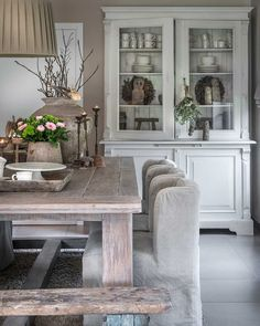 Informeren en Inspireren Shabby Chic Dining Room, Country Living Magazine, Cottage Kitchens, Dining Table Chairs, Home Living Room, House Design, Beautiful Homes, Interior Decorating, House Styles