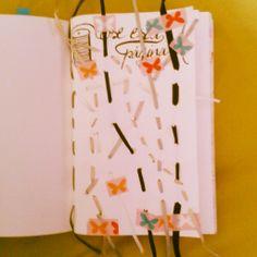Cose esta página. Cosida con las cintas tan molestas que lleva la ropa. Wreck this journal.