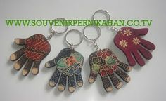 souvenir gantungan kunci berbentuk tangan dengan motif batik khas jogjakarta #souvenir #gantungankunci