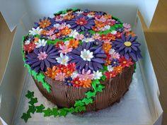 bloemenmandje taart gevuld met banketbakkersroom en fruit