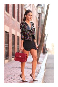 I ❤️ her tight mini skirt and high heels, she has long beautiful legs💋💋💋 Black Mini Skirt Outfit, Pernas Sexy, Sexy Women, Womens Fashion Casual Summer, Pinterest Fashion, Beautiful Legs, Beautiful Women, Women's Fashion Dresses, Look Fashion