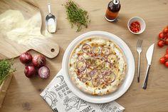 PIZZA RUSTICALE | Ofenfrischer Genuss mit würzigem Speck und roten Zwiebeln auf Thymian-Ricotta und Mozzarella.