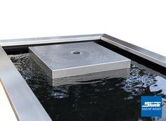 Ein Exklusives Komplettset Bestehend Aus Edelstahl Kubus Zusammen Mit Einem  Architektonischen Wasserbecken Inklusive Passender Beckenrandabdeckung