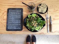 Menu du jour 06/07 - Salade tout bio : salade verte + poids chiches + coriandre + persil - Tapenade home-made olive noir + huile de noix - Crackers home-made tout bio : olives + mélanges de graines + herbes de Provence