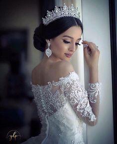 Este posibil ca imaginea să conţină: 1 persoană wedding hairstyles with tiara Wedding Hairstyles With Crown, Bride Hairstyles, Bridesmaid Hairstyles, Celebrity Hairstyles, Hairstyle Ideas, Short Hairstyles, Wedding Looks, Bridal Looks, Bridal Crown