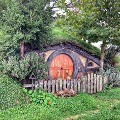 There are some hobbit holes that I don't encounter too often because they're a bit off the beaten track, like this one. I have no idea where on set this hobbit hole is. I just know I have a picture of it.