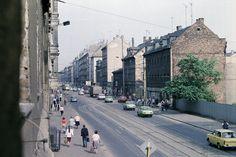 Ernst-Thälmann-Straße (heute Eisenbahnstraße), Südseite im Abschnitt zwischen der Neustädter Straße stadtauswärts Richtung Hermann-Liebmann-Straße, fotografiert mit ORWO COLOR NC19 (Farbnegativ-Fil…