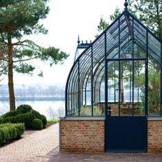Mooie kas! Jammer dat de deur niet in dezelfde stijl is.   Lovely greenhouse by Luc D'Hulst