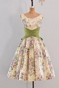 awesome Jupon en tulle : vintage dress - party dress / floral print / belle of the ball Vestidos Vintage, Vintage 1950s Dresses, Vintage Outfits, 50s Vintage, 1950s Fashion, Vintage Fashion, Fashion 2020, Fashion Fashion, Pretty Dresses