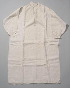 Linnen mannenhemd, Arnemuiden. Mannen droegen lange hemden van een recht model. In de grote knoopsgaten in de opstaande boord werden de hemdsknopen gedragen. Voordat onderbroeken in gebruik kwamen werden de slippen van het lange hemd tussen de benen door geslagen. Dit hemd draagt de initialen B.B. Wie deze eigenaar was is helaas niet bekend. #Zeeland #Arnemuiden